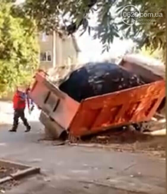 В Мариуполе грузовик с асфальтом провалился под асфальт, - ФОТОФАКТ, фото-1