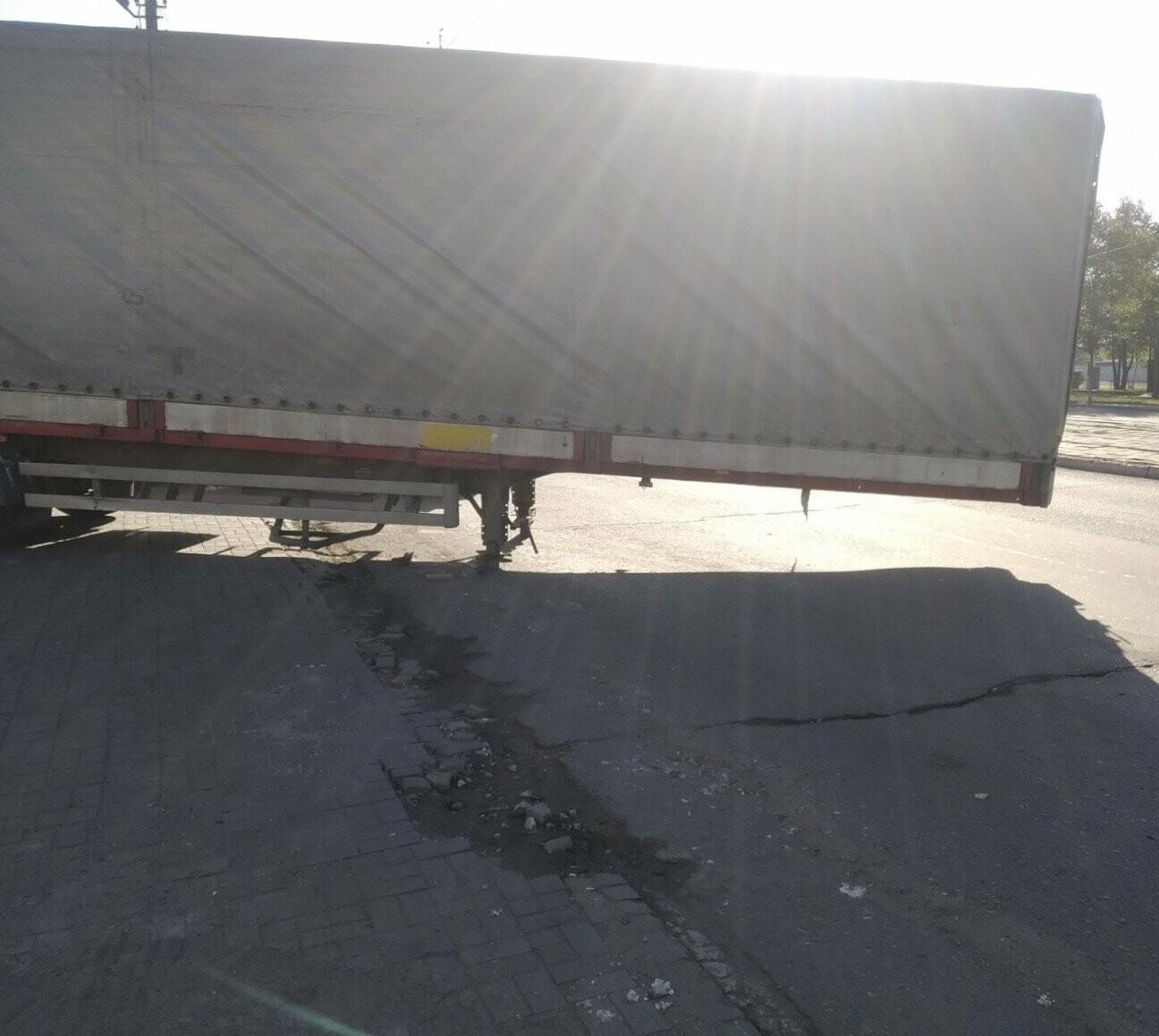 В Мариуполе прицеп оторвался у грузовика и перекрыл дорогу, - ФОТО, ВИДЕО, фото-2