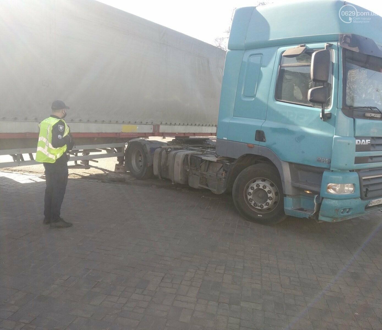 В Мариуполе прицеп оторвался у грузовика и перекрыл дорогу, - ФОТО, ВИДЕО, фото-1