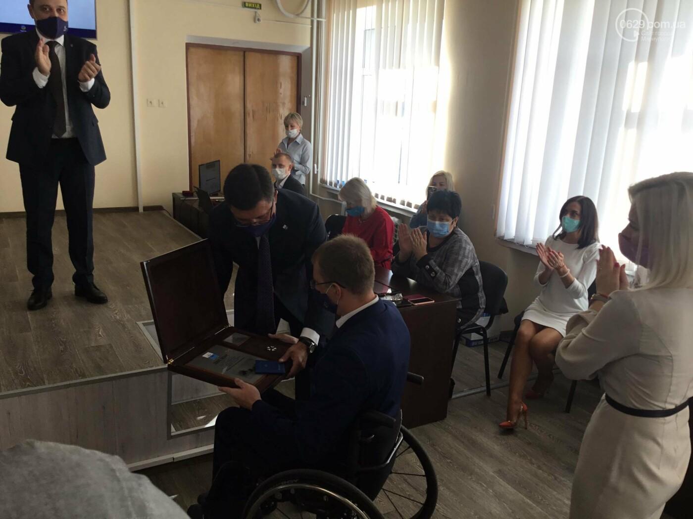 В Мариуполе врачей наградили орденами, - ФОТО, фото-6