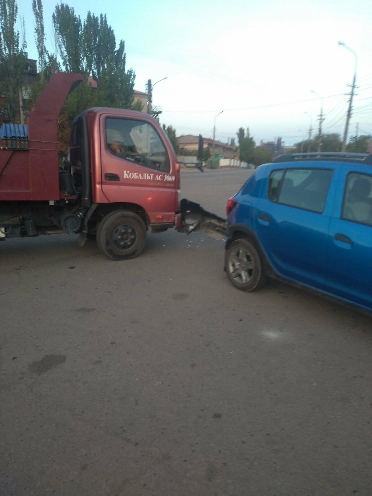 "В Мариуполе столкнулись грузовик и ""Рено"", - ФОТО, фото-4"