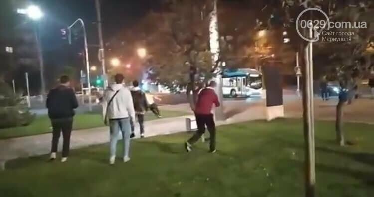 """ЧП на площади Свободы. Мариуполец бегал  с """"розочкой"""" в руке и ранил человека, - ФОТО, фото-3"""