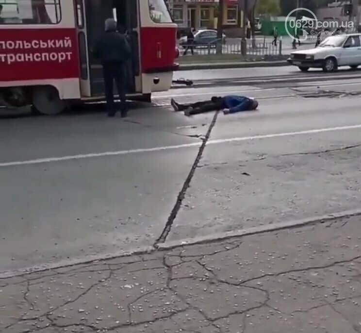 На площади Кирова мужчина лег под трамвай, - ФОТО, ВИДЕО, фото-2