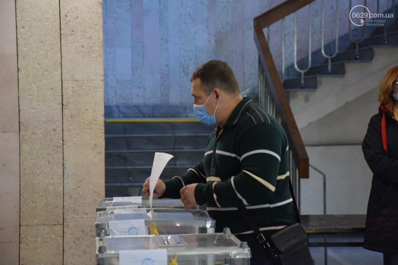 Очереди, люди в масках и проверка температуры. Как проходят выборы в Мариуполе, - ФОТОРЕПОРТАЖ, ВИДЕО, фото-7