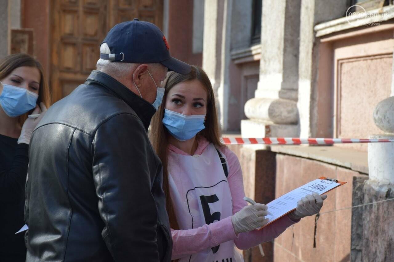 Очереди, люди в масках и проверка температуры. Как проходят выборы в Мариуполе, - ФОТОРЕПОРТАЖ, ВИДЕО, фото-15