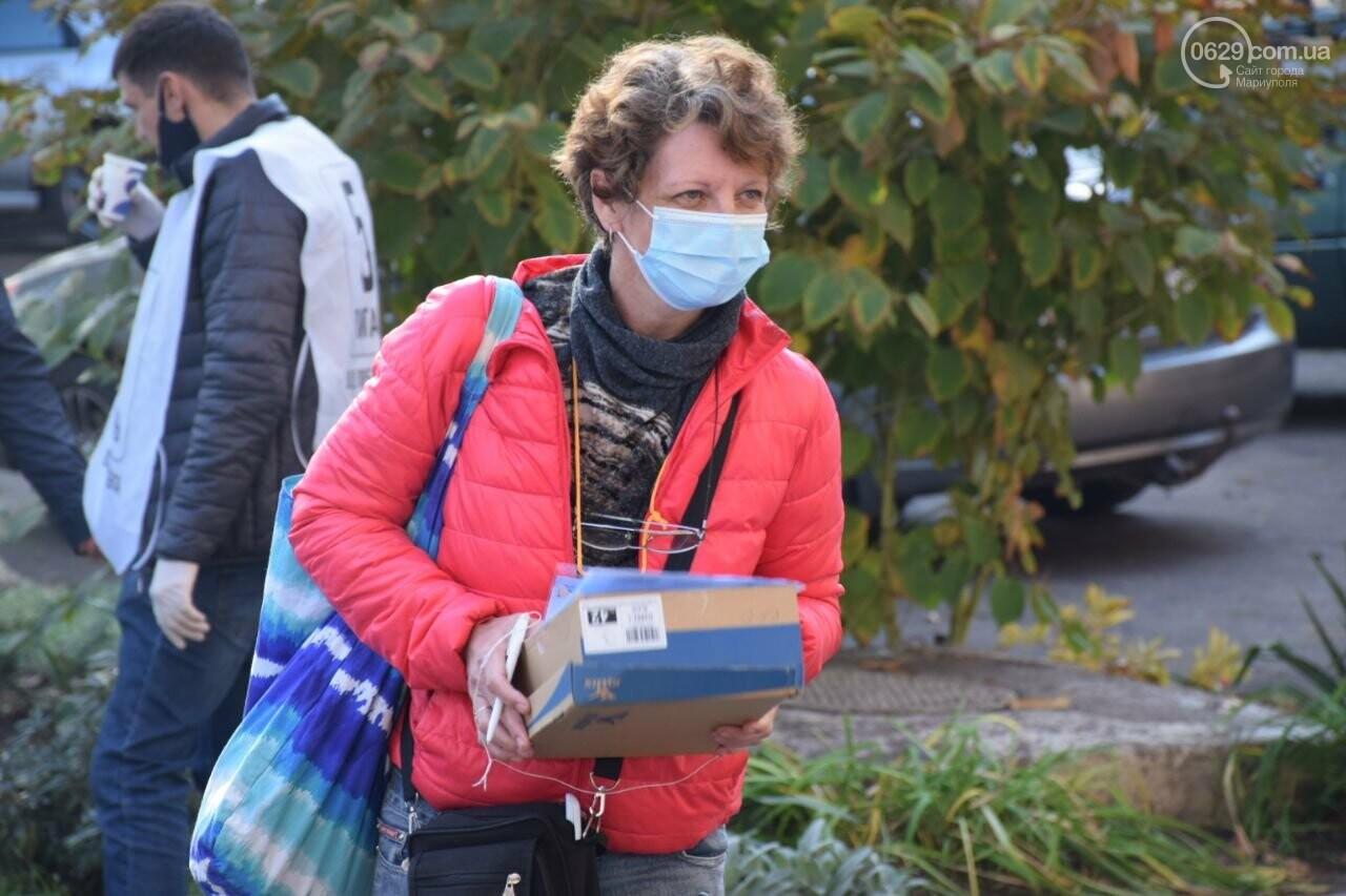 Очереди, люди в масках и проверка температуры. Как проходят выборы в Мариуполе, - ФОТОРЕПОРТАЖ, ВИДЕО, фото-3