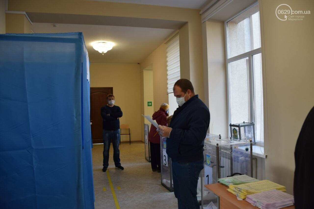 Очереди, люди в масках и проверка температуры. Как проходят выборы в Мариуполе, - ФОТОРЕПОРТАЖ, ВИДЕО, фото-9