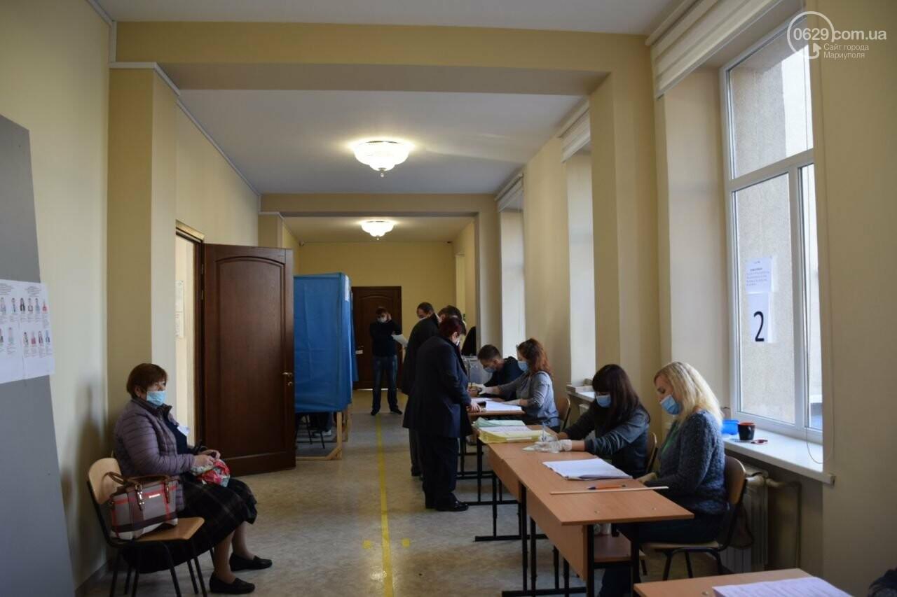 Очереди, люди в масках и проверка температуры. Как проходят выборы в Мариуполе, - ФОТОРЕПОРТАЖ, ВИДЕО, фото-10