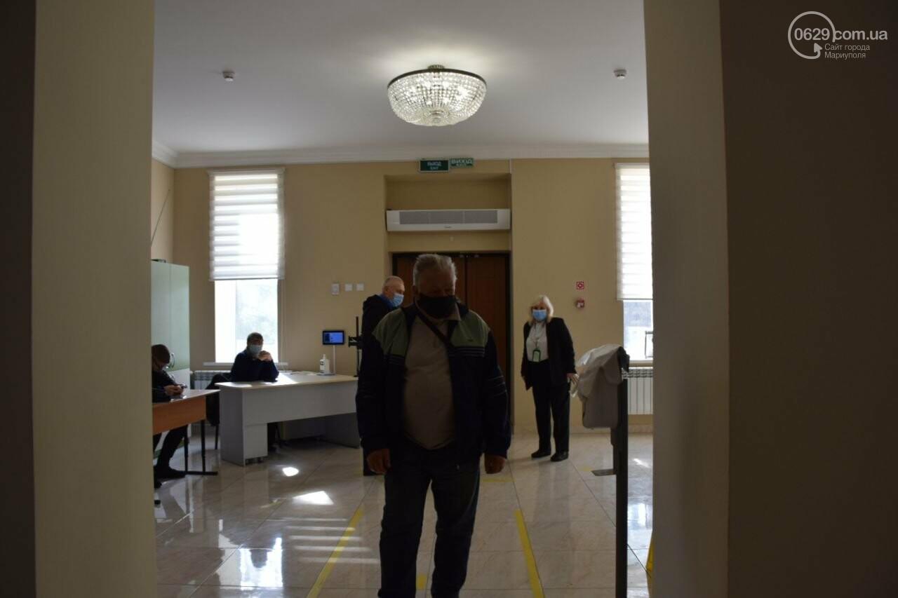 Очереди, люди в масках и проверка температуры. Как проходят выборы в Мариуполе, - ФОТОРЕПОРТАЖ, ВИДЕО, фото-11