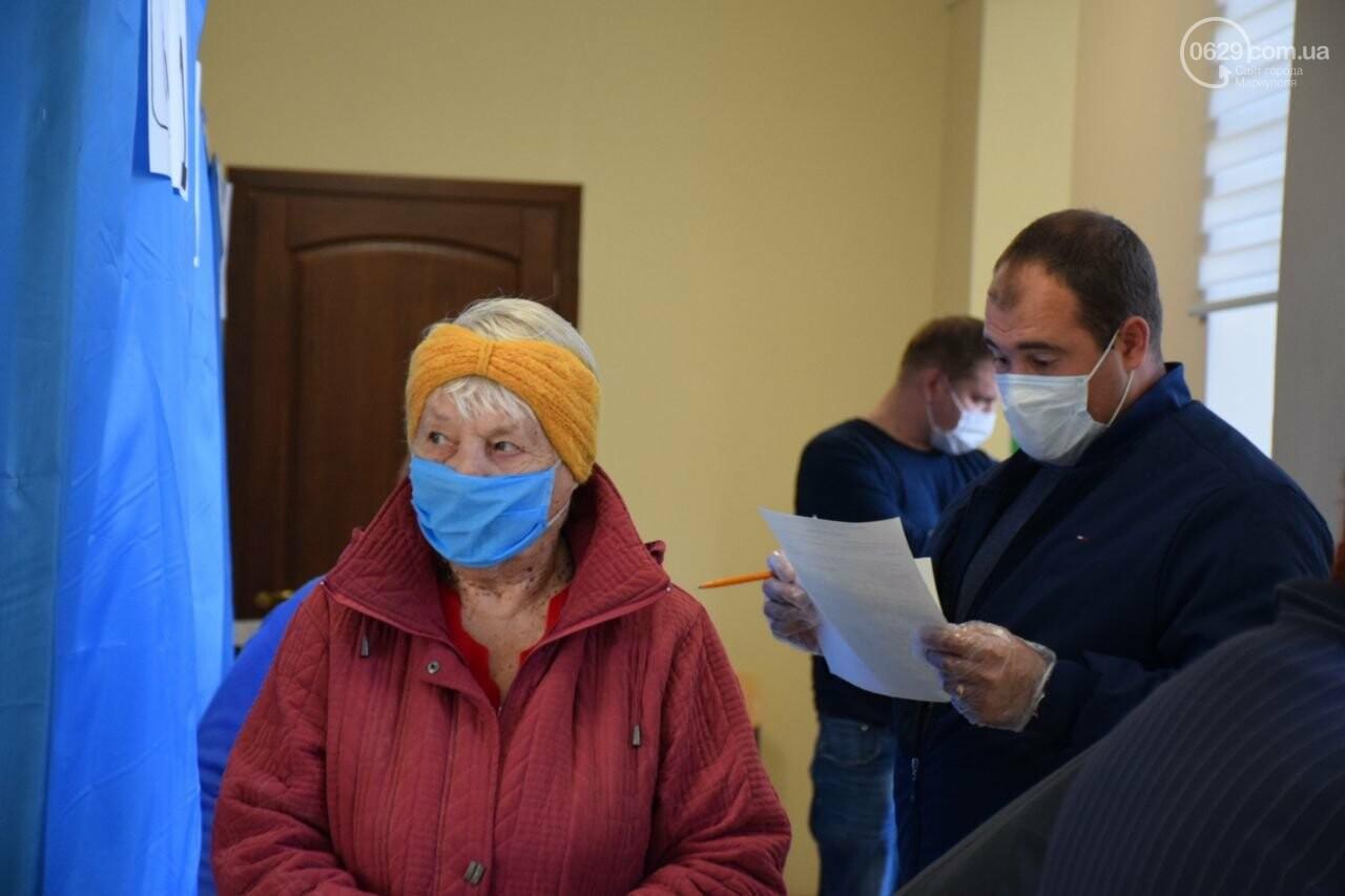 Очереди, люди в масках и проверка температуры. Как проходят выборы в Мариуполе, - ФОТОРЕПОРТАЖ, ВИДЕО, фото-12