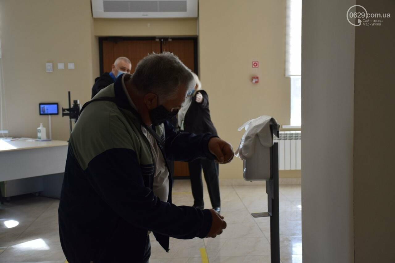 Очереди, люди в масках и проверка температуры. Как проходят выборы в Мариуполе, - ФОТОРЕПОРТАЖ, ВИДЕО, фото-5