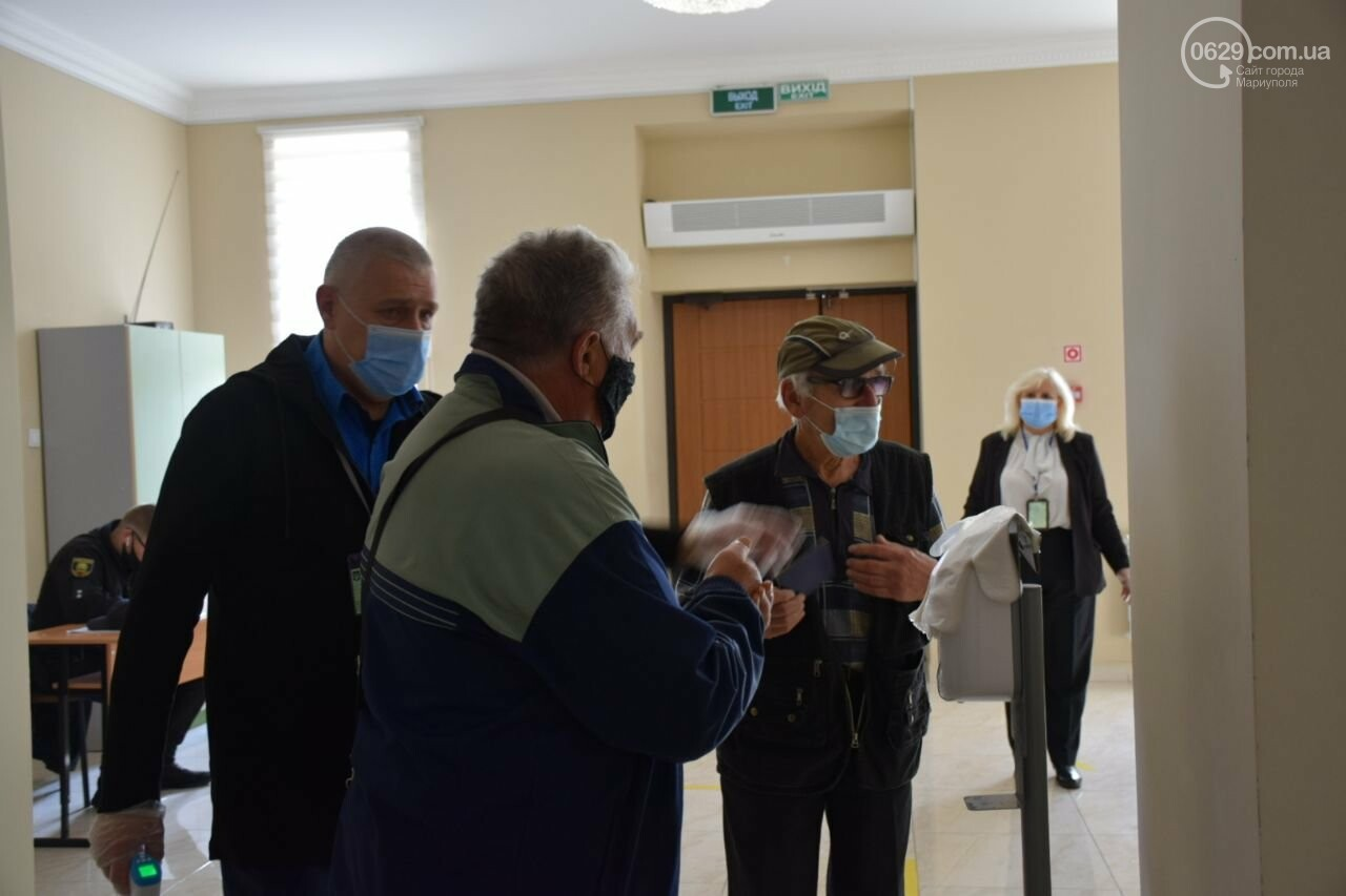 Очереди, люди в масках и проверка температуры. Как проходят выборы в Мариуполе, - ФОТОРЕПОРТАЖ, ВИДЕО, фото-13