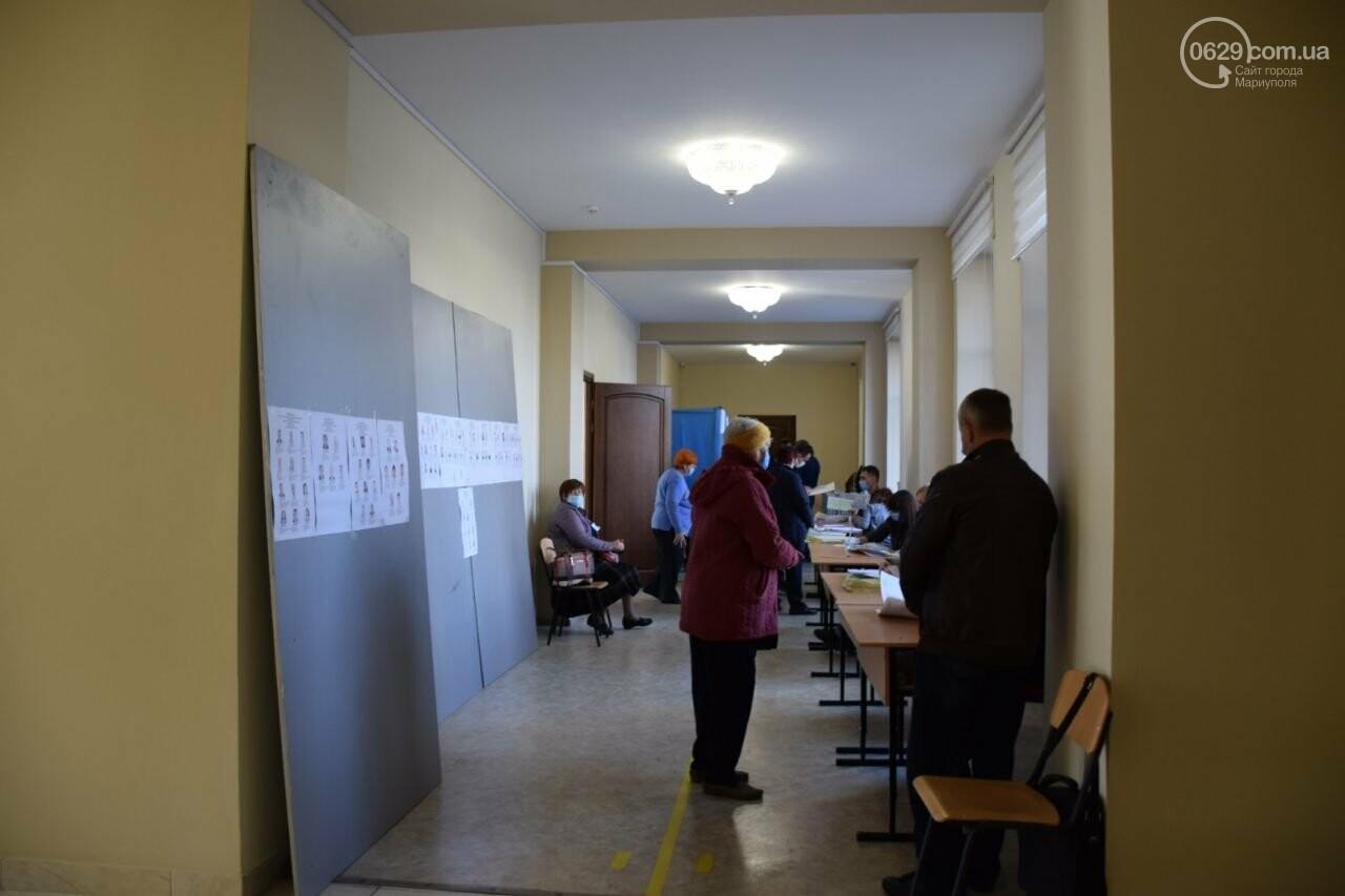 Очереди, люди в масках и проверка температуры. Как проходят выборы в Мариуполе, - ФОТОРЕПОРТАЖ, ВИДЕО, фото-14