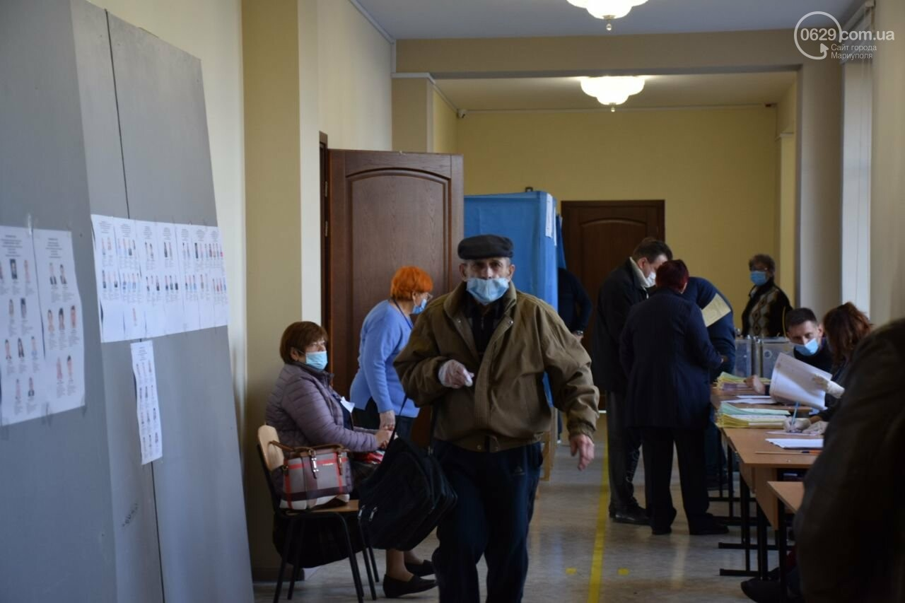 Очереди, люди в масках и проверка температуры. Как проходят выборы в Мариуполе, - ФОТОРЕПОРТАЖ, ВИДЕО, фото-17