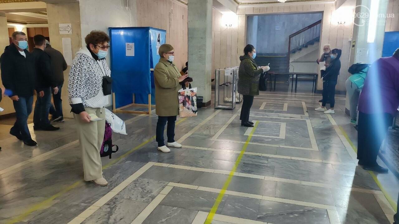 Очереди, люди в масках и проверка температуры. Как проходят выборы в Мариуполе, - ФОТОРЕПОРТАЖ, ВИДЕО, фото-18
