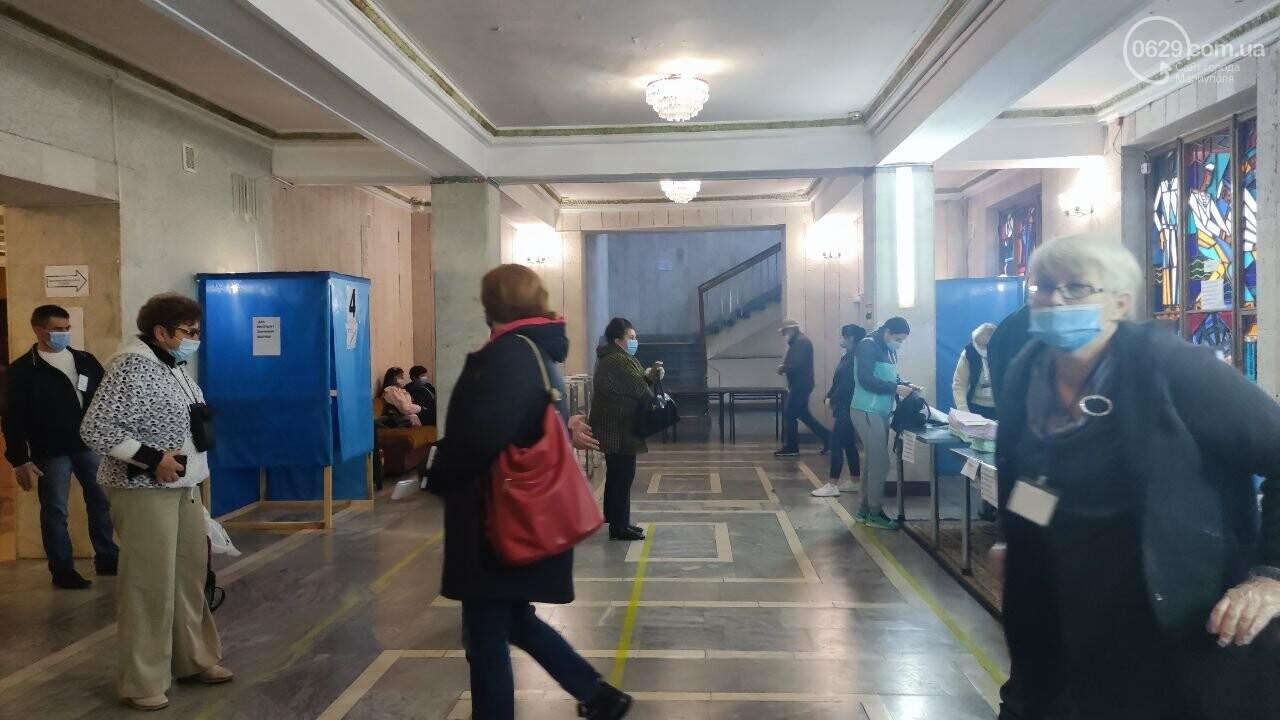 Очереди, люди в масках и проверка температуры. Как проходят выборы в Мариуполе, - ФОТОРЕПОРТАЖ, ВИДЕО, фото-19