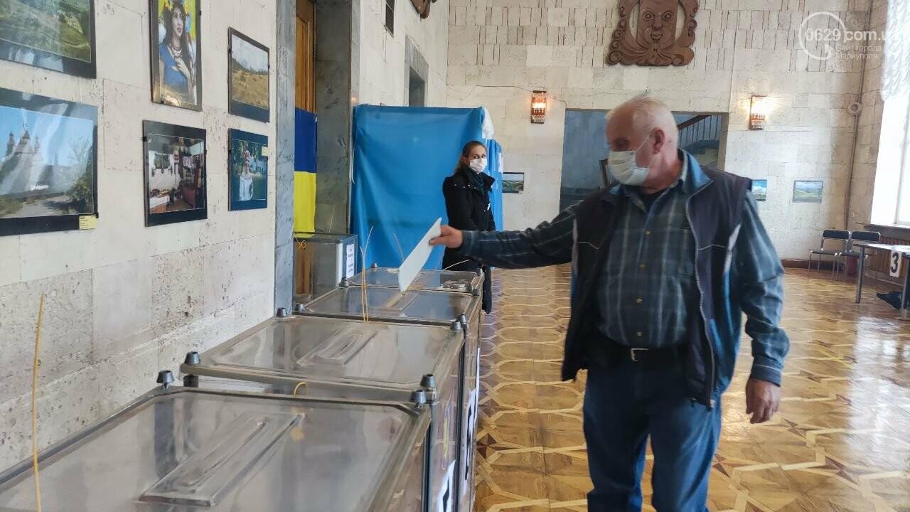 Очереди, люди в масках и проверка температуры. Как проходят выборы в Мариуполе, - ФОТОРЕПОРТАЖ, ВИДЕО, фото-4