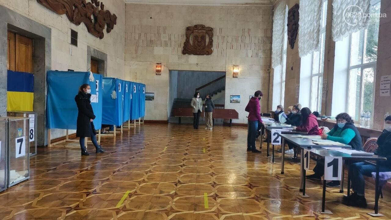Очереди, люди в масках и проверка температуры. Как проходят выборы в Мариуполе, - ФОТОРЕПОРТАЖ, ВИДЕО, фото-20