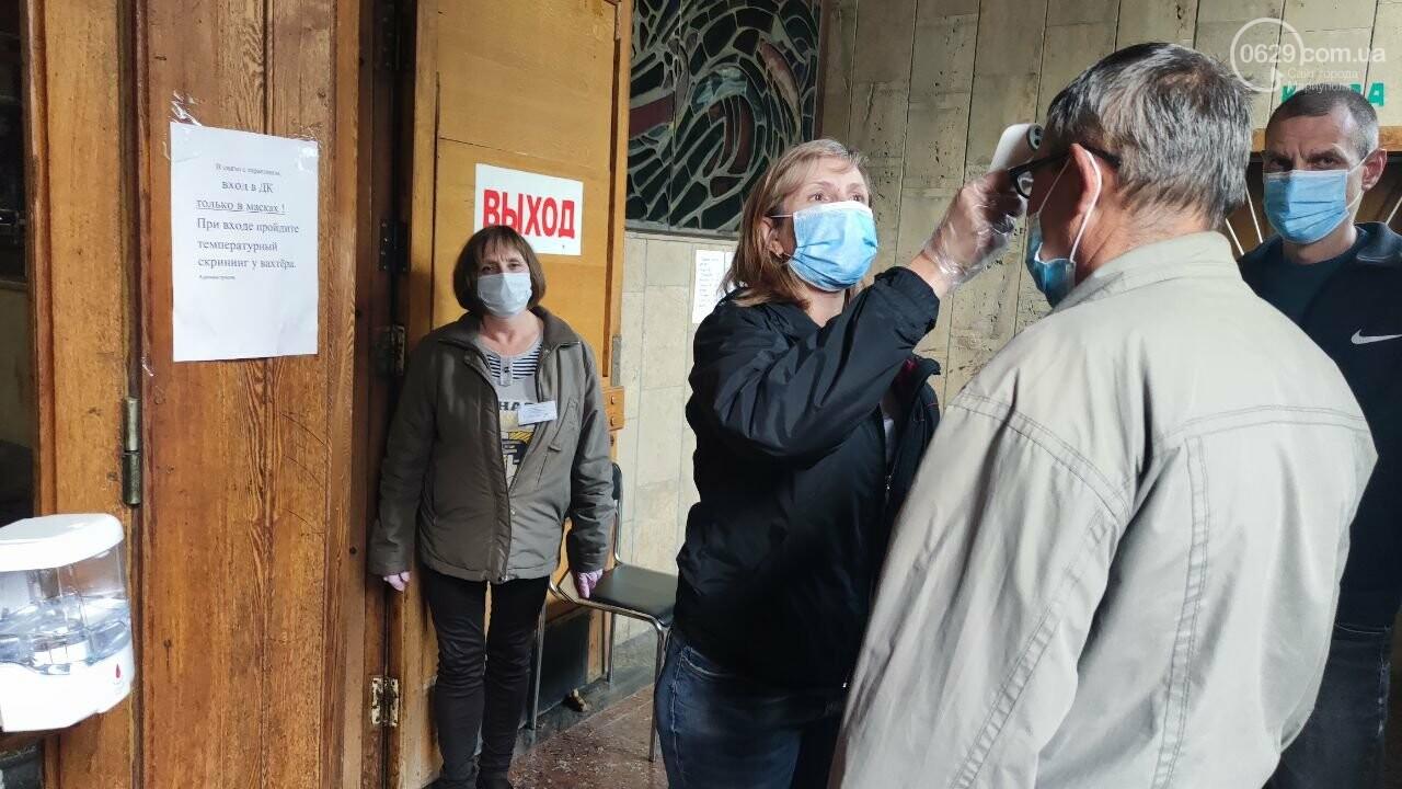 Очереди, люди в масках и проверка температуры. Как проходят выборы в Мариуполе, - ФОТОРЕПОРТАЖ, ВИДЕО, фото-22