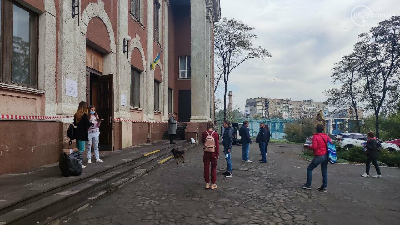 Очереди, люди в масках и проверка температуры. Как проходят выборы в Мариуполе, - ФОТОРЕПОРТАЖ, ВИДЕО, фото-23