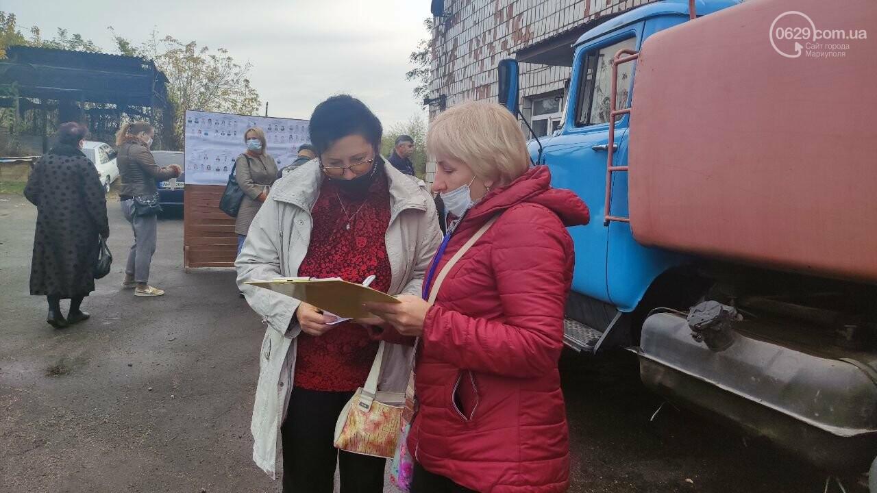 Очереди, люди в масках и проверка температуры. Как проходят выборы в Мариуполе, - ФОТОРЕПОРТАЖ, ВИДЕО, фото-25