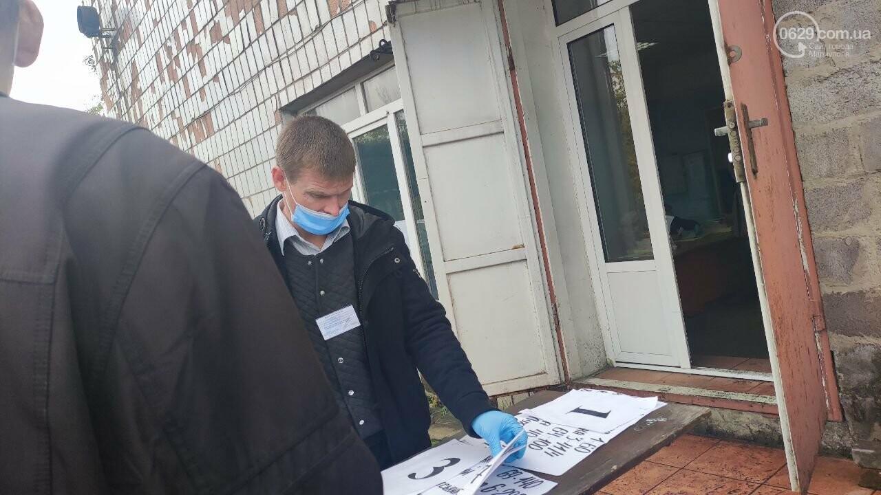 Очереди, люди в масках и проверка температуры. Как проходят выборы в Мариуполе, - ФОТОРЕПОРТАЖ, ВИДЕО, фото-26
