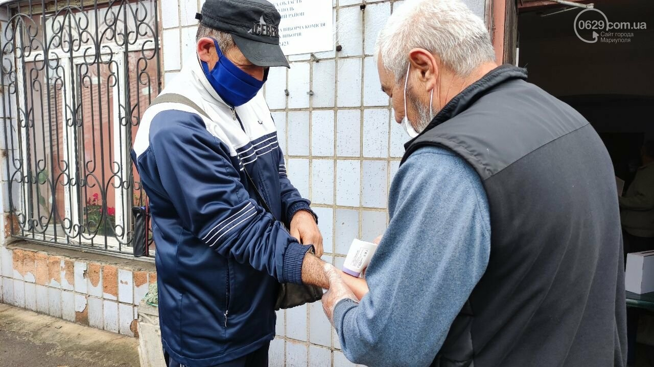Очереди, люди в масках и проверка температуры. Как проходят выборы в Мариуполе, - ФОТОРЕПОРТАЖ, ВИДЕО, фото-35