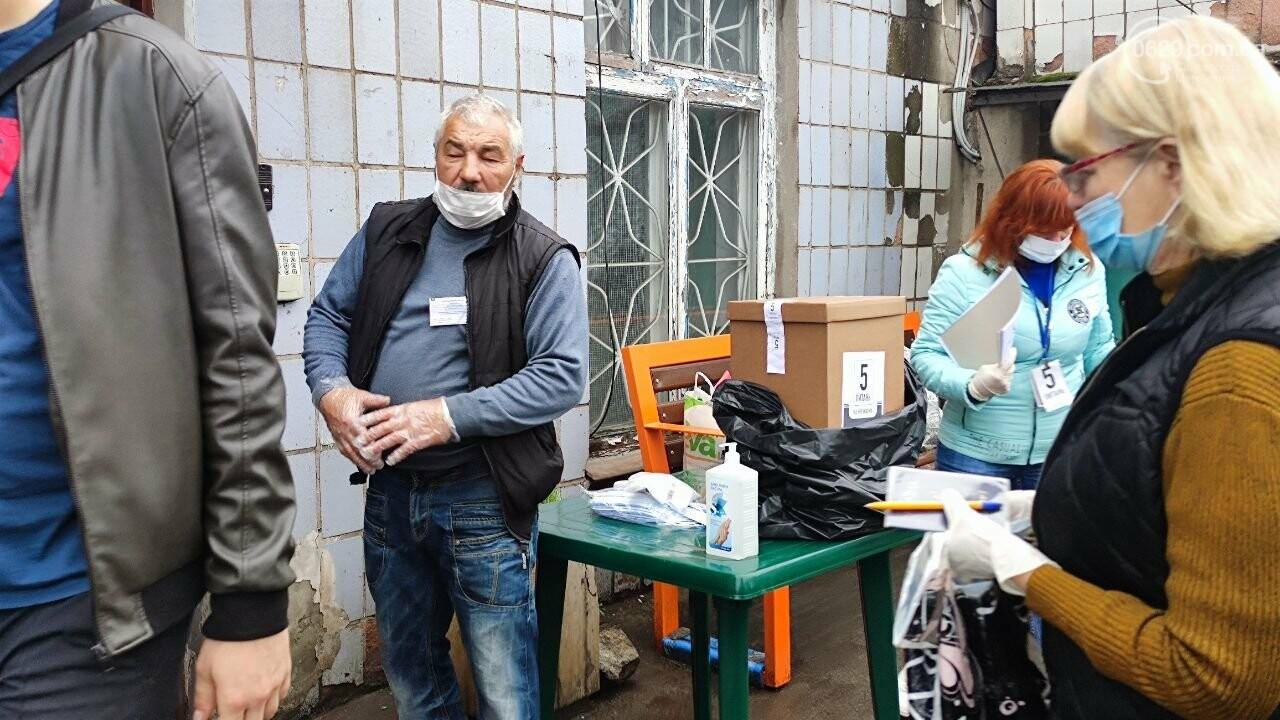 Очереди, люди в масках и проверка температуры. Как проходят выборы в Мариуполе, - ФОТОРЕПОРТАЖ, ВИДЕО, фото-36
