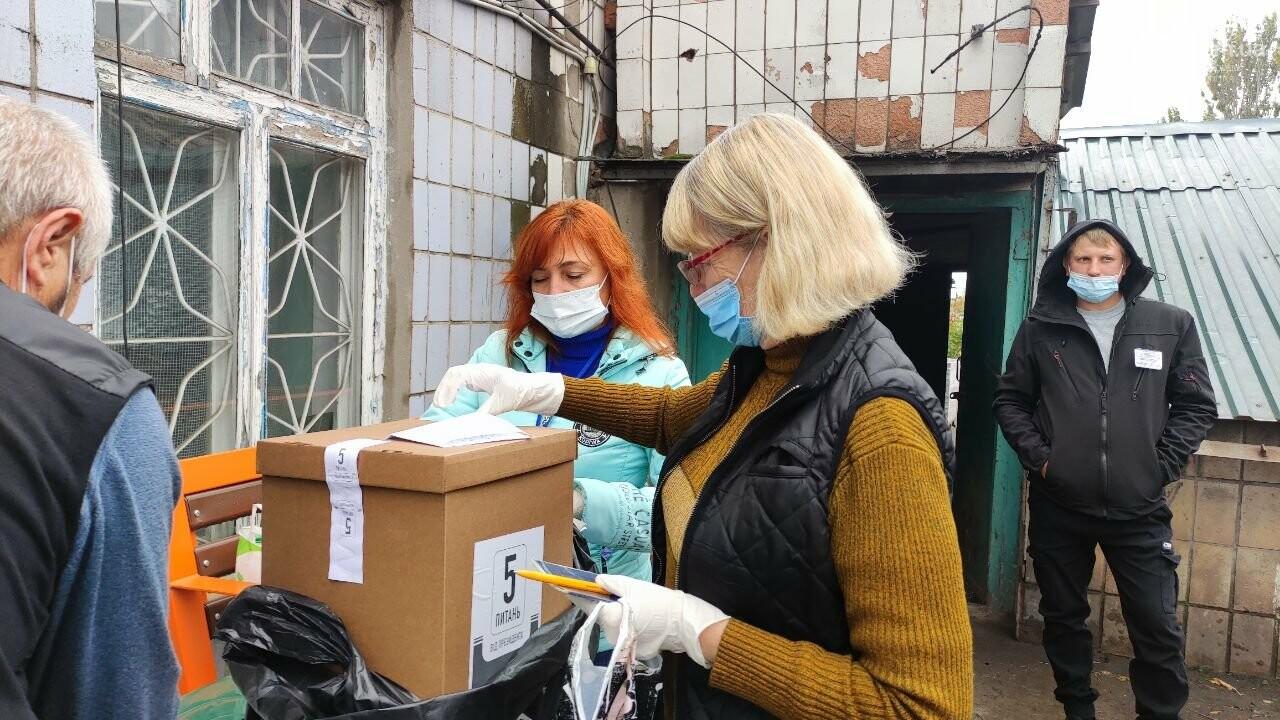 Очереди, люди в масках и проверка температуры. Как проходят выборы в Мариуполе, - ФОТОРЕПОРТАЖ, ВИДЕО, фото-39