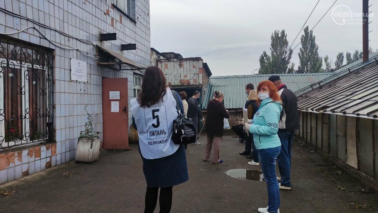 Очереди, люди в масках и проверка температуры. Как проходят выборы в Мариуполе, - ФОТОРЕПОРТАЖ, ВИДЕО, фото-1