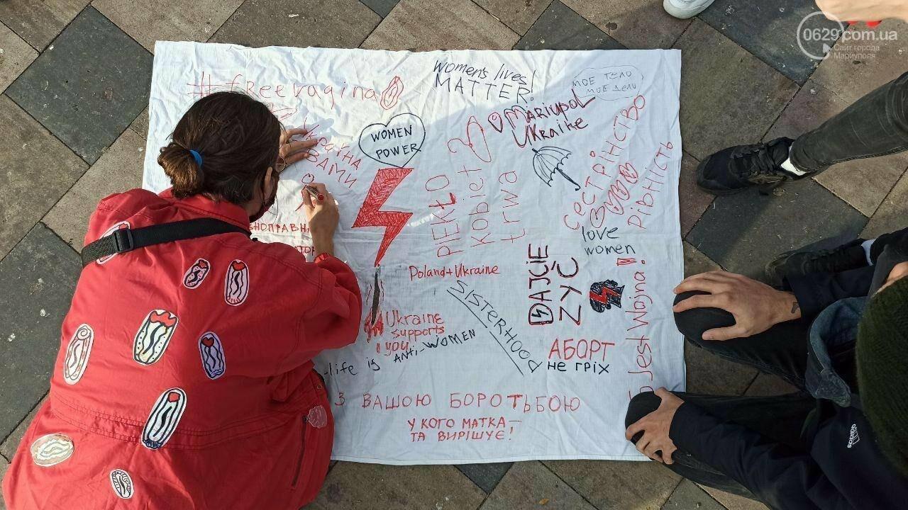 В центре Мариуполя появились вешалки, символизирующие нелегальные аборты, - ФОТО, фото-2