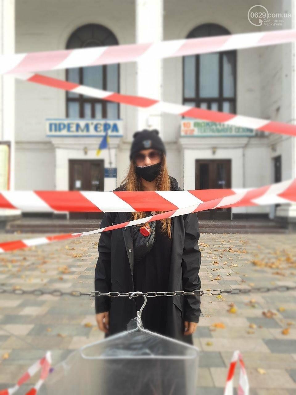В центре Мариуполя появились вешалки, символизирующие нелегальные аборты, - ФОТО, фото-4