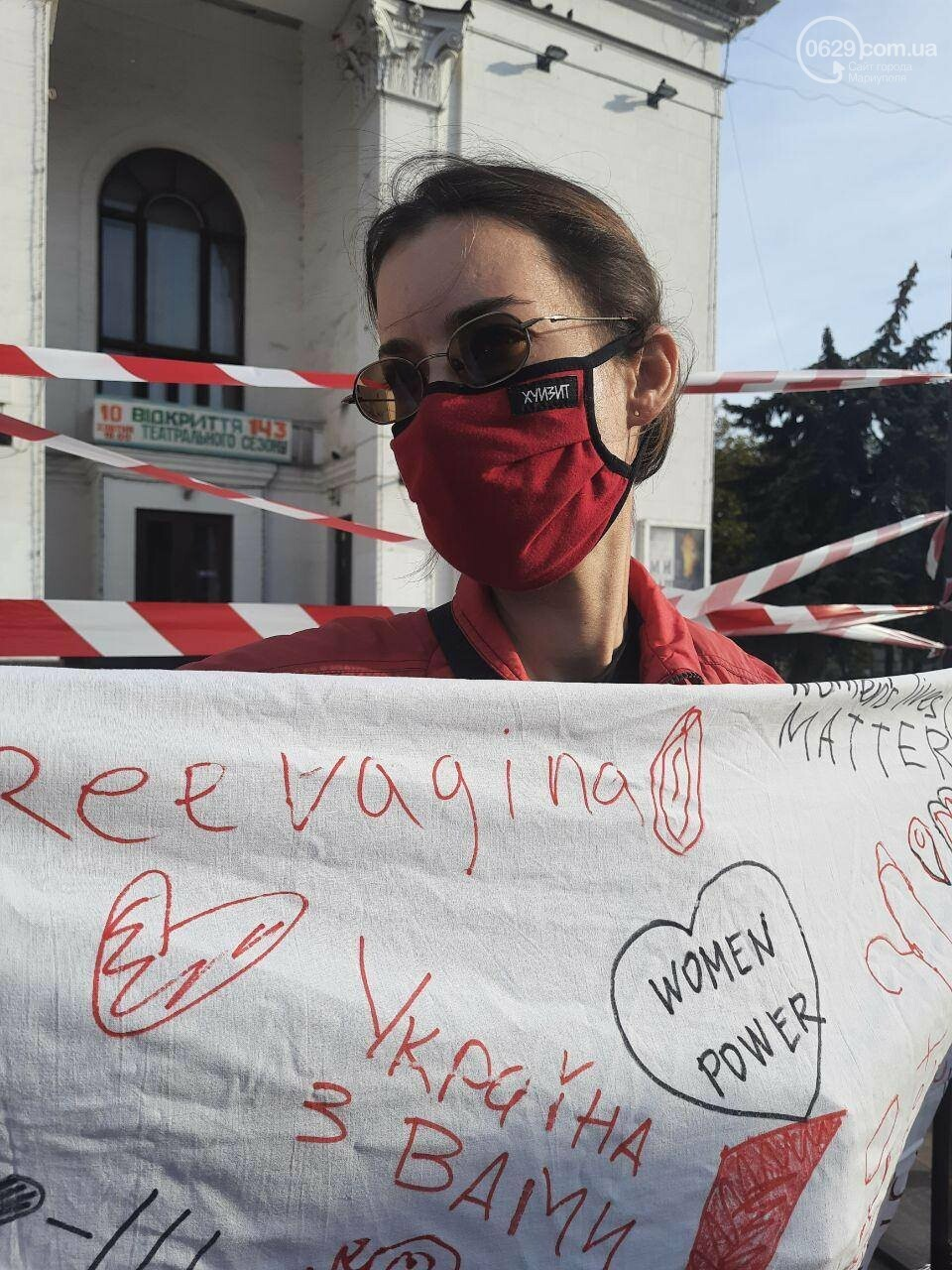 В центре Мариуполя появились вешалки, символизирующие нелегальные аборты, - ФОТО, фото-1