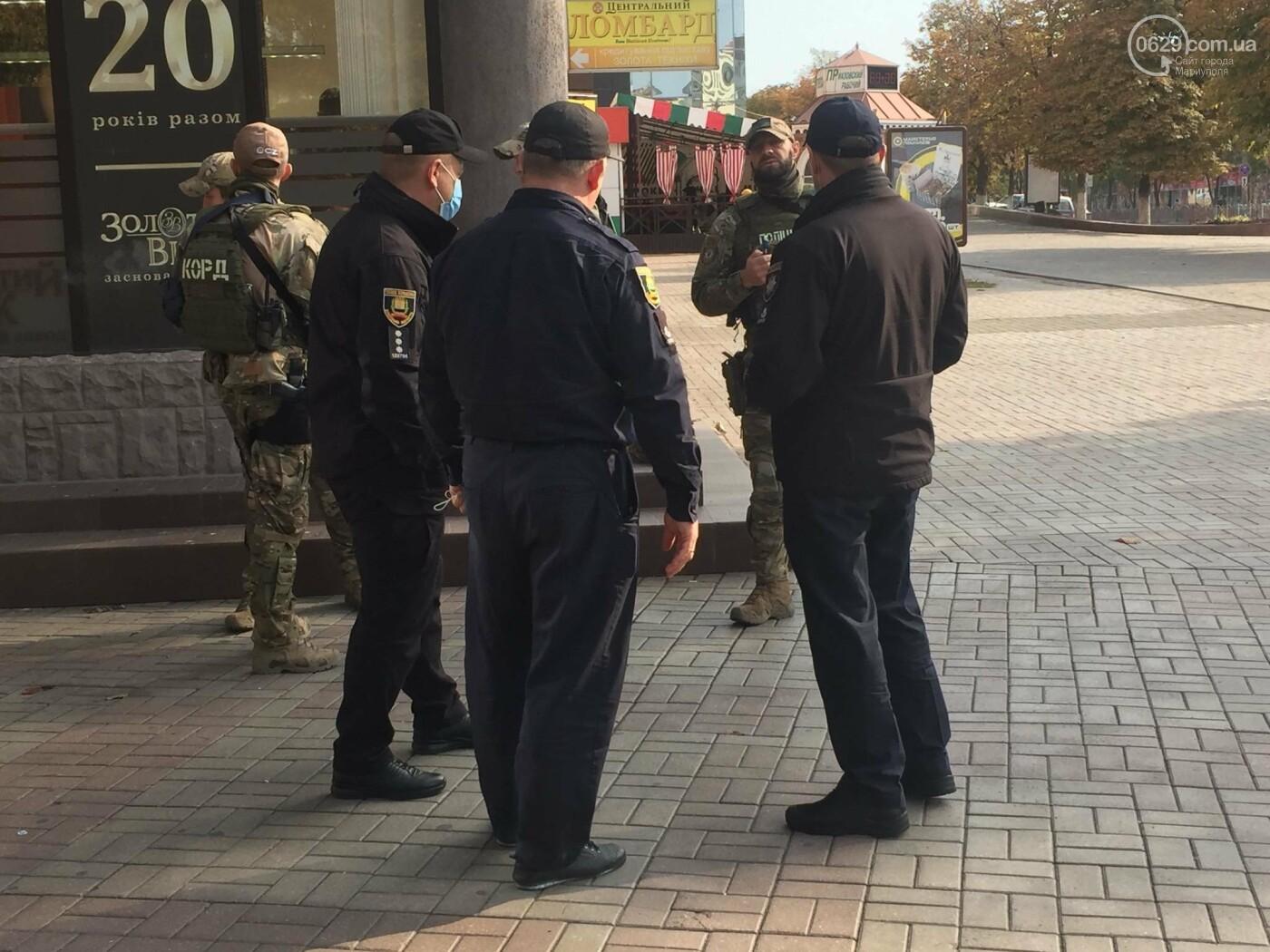 В центре Мариуполя  возле ювелирного салона работала полиция  и спецназ, - ФОТО, фото-2