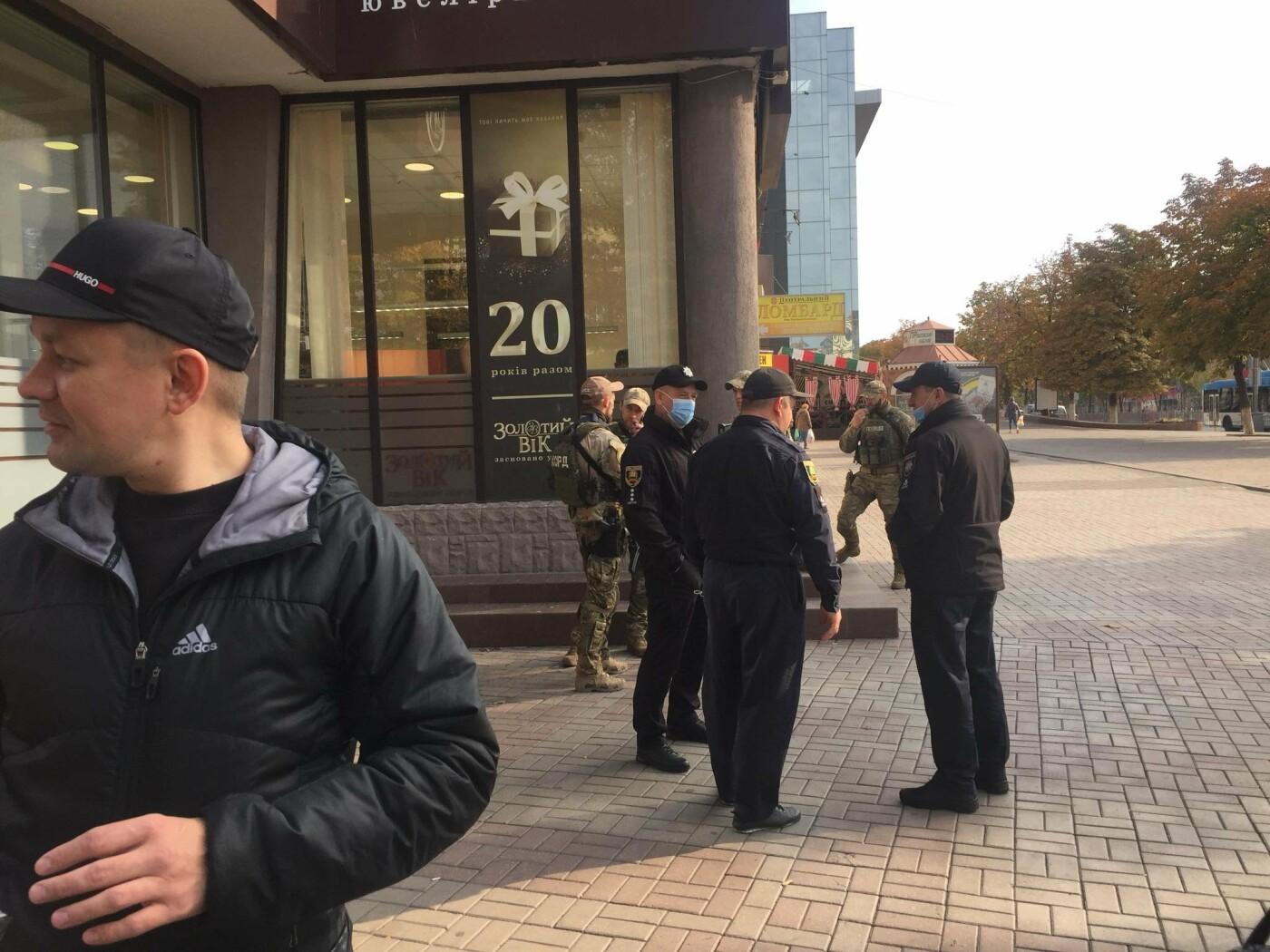 В центре Мариуполя  возле ювелирного салона работала полиция  и спецназ, - ФОТО, фото-4