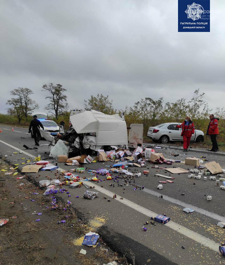 Автомобили вдребезги. В аварии на трассе под Мариуполем погибли два водителя, - ФОТО 18+, фото-1