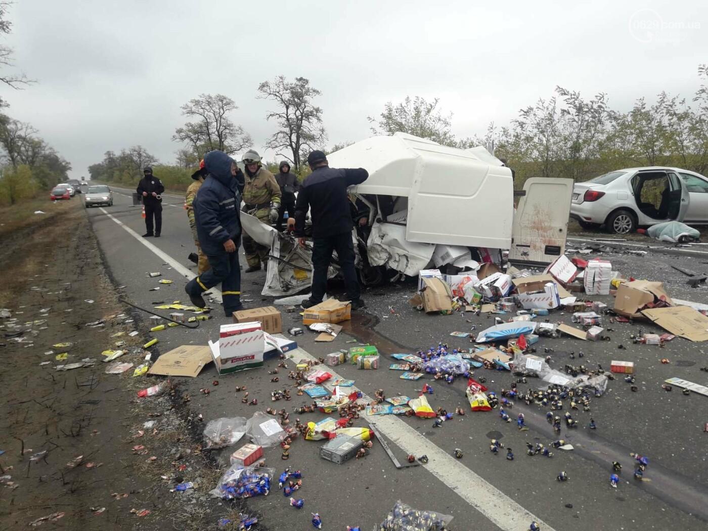 Автомобили вдребезги. В аварии на трассе под Мариуполем погибли два водителя, - ФОТО 18+, фото-13