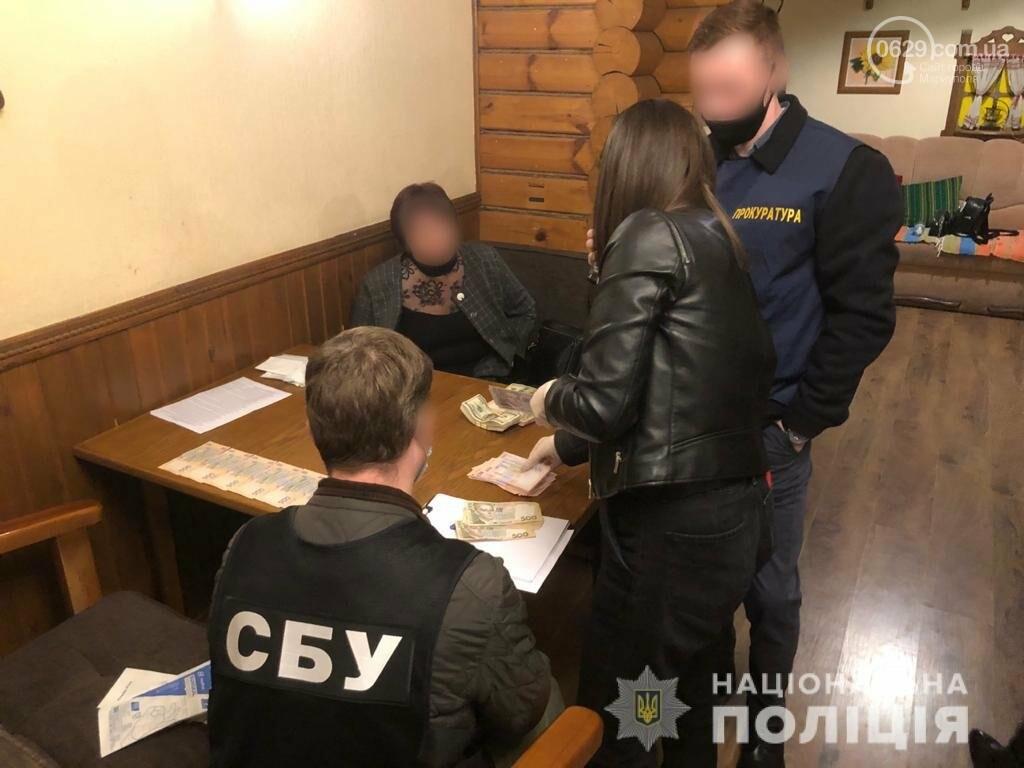 В Мариуполе задержаны чиновники за долларовую взятку, - ФОТО, фото-1