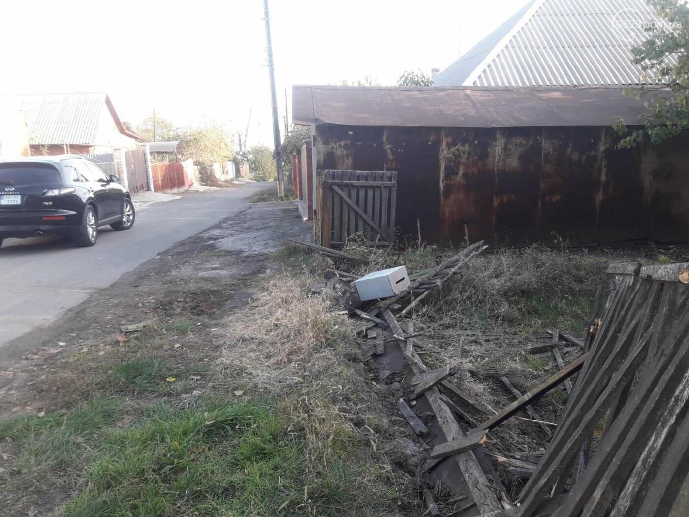 В Мариуполе автомобиль снес забор и  повис над обрывом,- ФОТО, фото-1