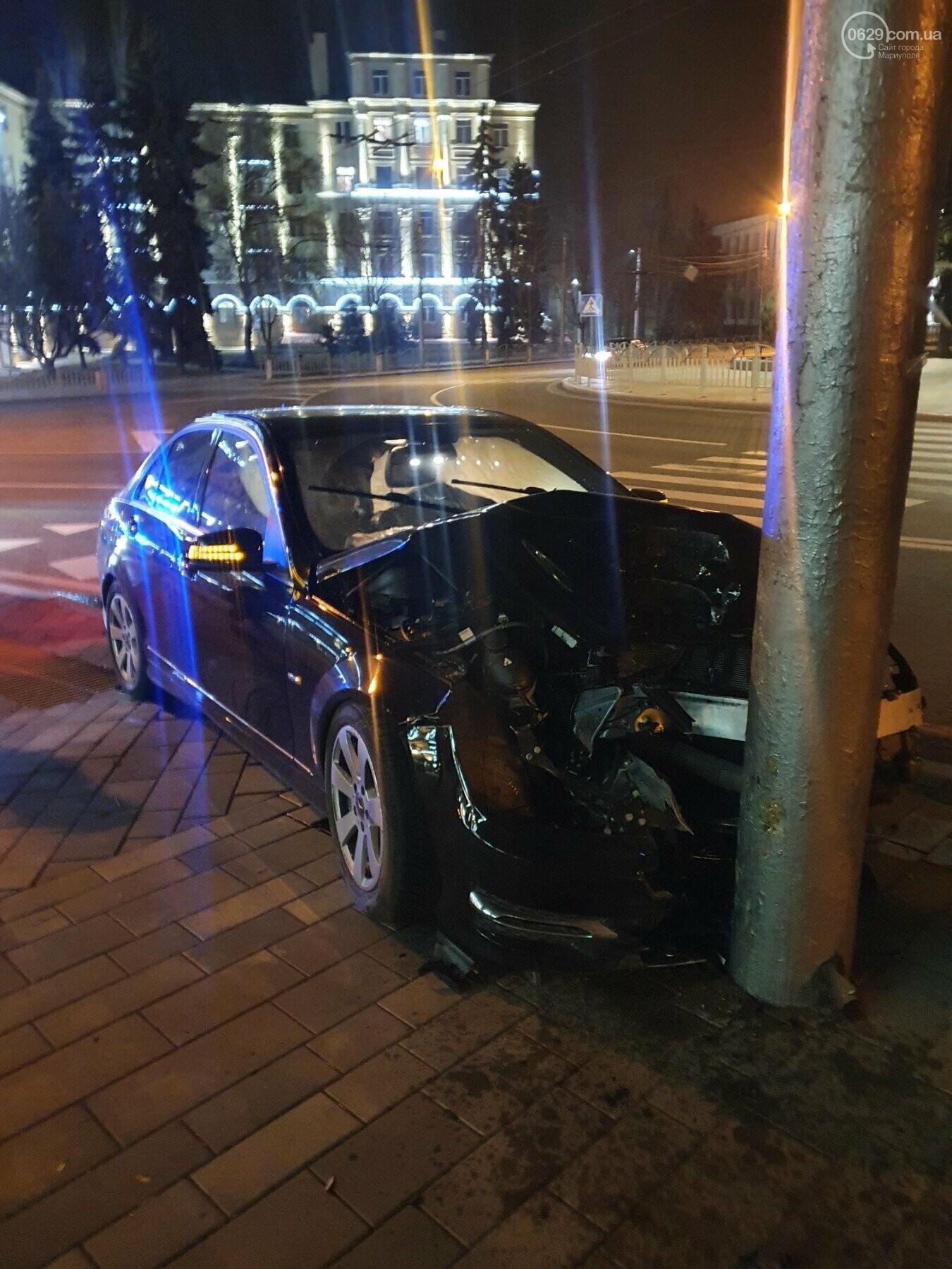 Водитель Mercedes на кольце драмтеатра влетел в электроопору, - ФОТО, фото-1