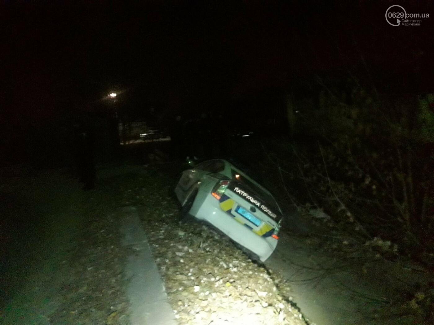 В Мариуполе полицейский автомобиль съехал в кювет,-ФОТО, фото-1
