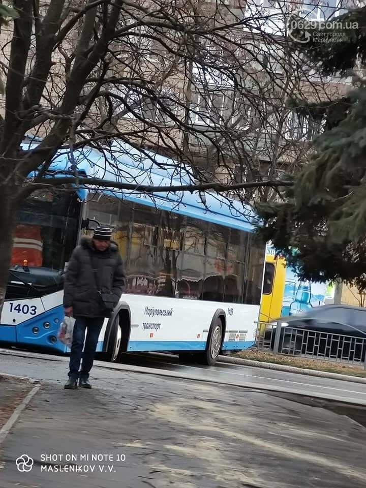 На улице каток! В центре Мариуполя развернуло троллейбус,- ФОТО, фото-1