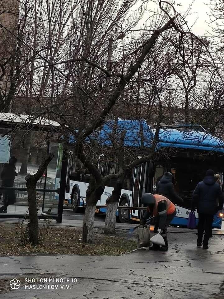На улице каток! В центре Мариуполя развернуло троллейбус,- ФОТО, фото-3