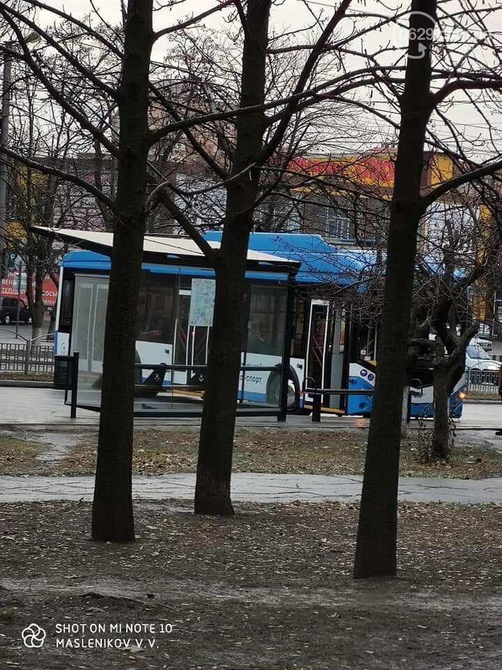 На улице каток! В центре Мариуполя развернуло троллейбус,- ФОТО, фото-2