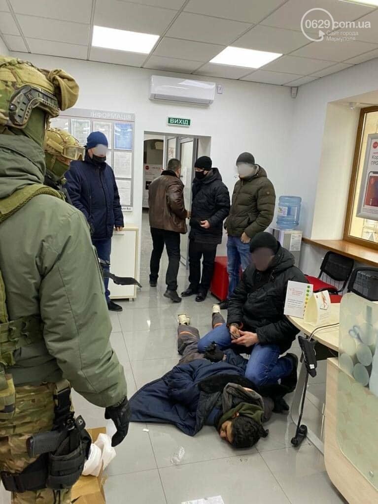 Захват заложников! В Мариуполе мужчина угрожал взорвать сотрудников банка, - Дополнено, ФОТО, ВИДЕО, фото-2