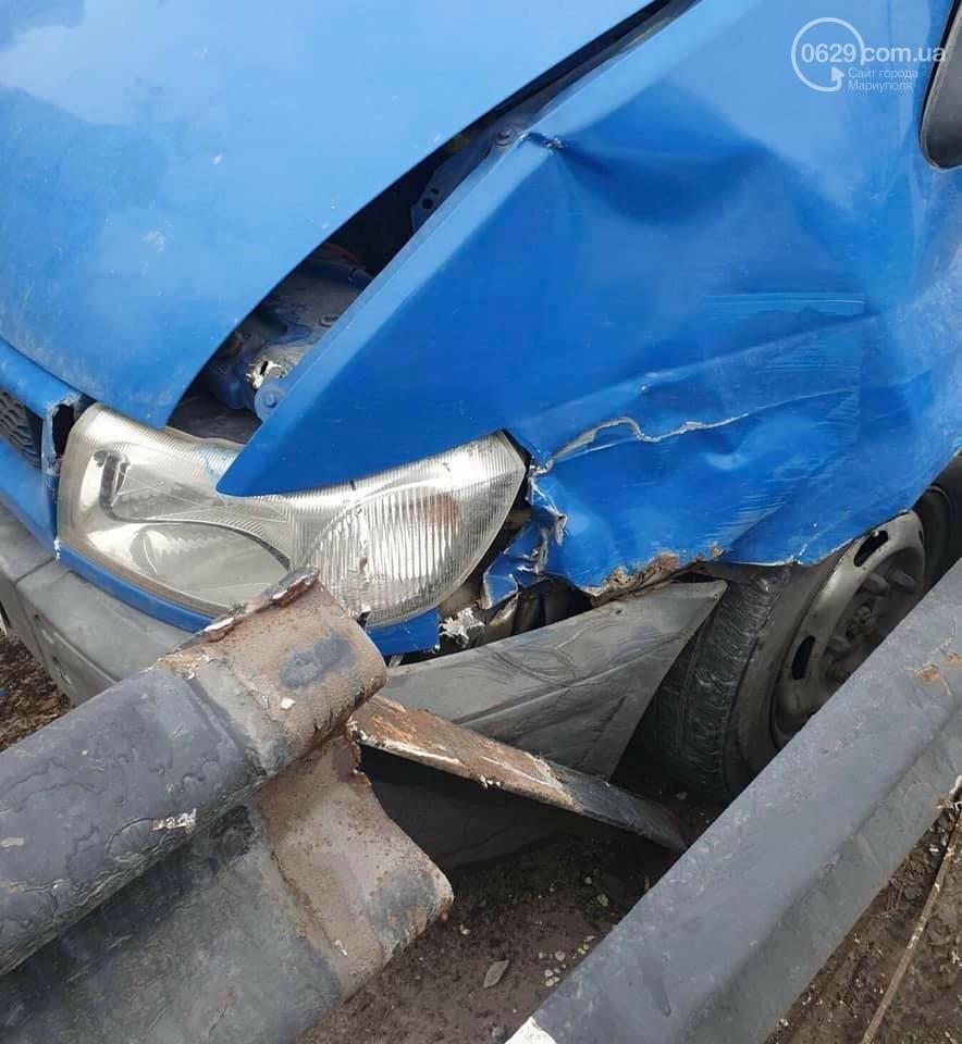 Занесло! В центре Мариуполя Ford влетел в отбойник, - ФОТО, фото-4