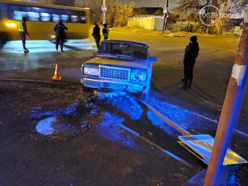 В Мариуполе молодой водитель ВАЗ протаранил дорожный знак и попал в больницу, - ФОТО, фото-1