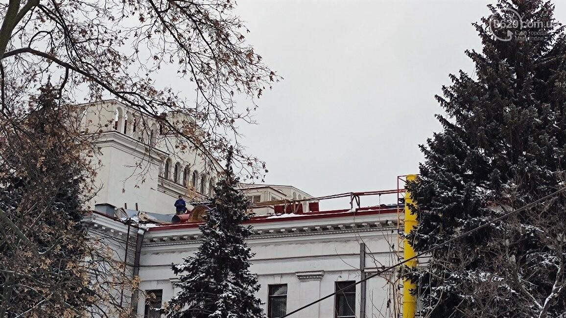 Трагедия возле главной елки Мариуполя: мужчина сорвался с крыши драматического театра, фото-2