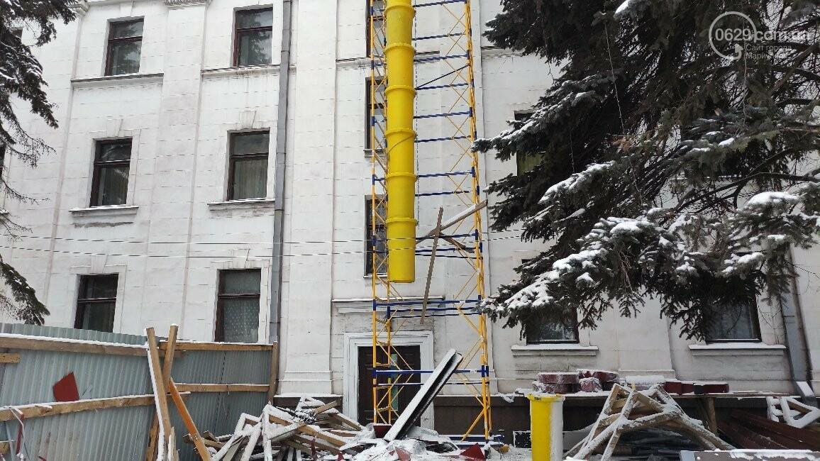Трагедия возле главной елки Мариуполя: мужчина сорвался с крыши драматического театра, фото-5