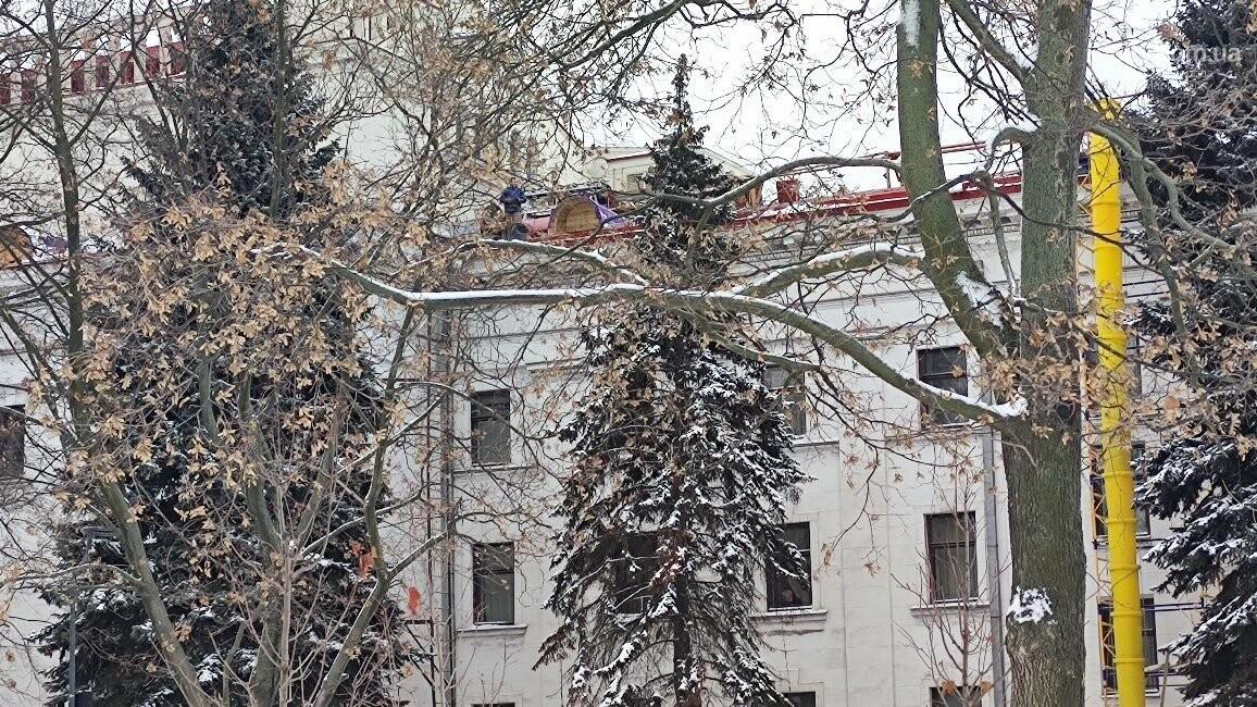 Трагедия возле главной елки Мариуполя: мужчина сорвался с крыши драматического театра, фото-6